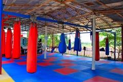 Gymnase thaïlandais de Muay avec des sacs de boxe et plancher en caoutchouc coloré au bondon Sam Phan Nok, Phetchabun, Thaïlande  photo stock