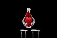 Gymnast αποδίδει στους παράλληλους φραγμούς Στοκ Εικόνες