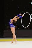 Gymnast αποδίδει στο ρυθμικό ανταγωνισμό γυμναστικής Στοκ Φωτογραφία