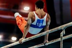gymnast ασκήσεις στους παράλληλους φραγμούς στοκ φωτογραφίες