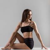 Gymnast γιόγκη κορίτσι που κάνει το matsiendrasana asana, μισός Λόρδος του Φ Στοκ Εικόνες