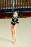 Gymnast κοριτσιών αποδίδει με μια στεφάνη στον ανταγωνισμό Στοκ φωτογραφίες με δικαίωμα ελεύθερης χρήσης