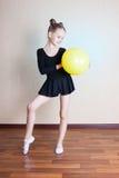 Gymnast κοριτσιών με μια σφαίρα στοκ φωτογραφία με δικαίωμα ελεύθερης χρήσης