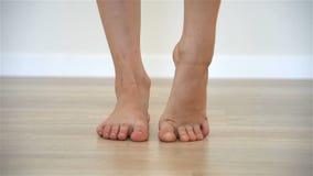 Gymnast κοριτσιών που κάνει την προθέρμανση για τα πόδια φιλμ μικρού μήκους