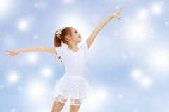 Gymnast κοριτσιών που κυματίζει τα χέρια του Στοκ φωτογραφία με δικαίωμα ελεύθερης χρήσης