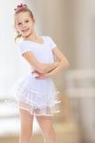 Gymnast κοριτσιών σε μια άσπρη φόρμα γυμναστικής στοκ εικόνες με δικαίωμα ελεύθερης χρήσης