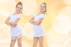 gymnast 2 κοριτσιών στα άσπρα κοστούμια Στοκ Φωτογραφία