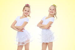 gymnast 2 κοριτσιών στα άσπρα κοστούμια Στοκ φωτογραφία με δικαίωμα ελεύθερης χρήσης