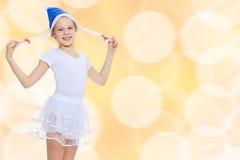 Gymnast κοριτσιών στην κουκούλα Άγιος Βασίλης Στοκ Εικόνα