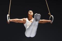 Gymnast στα δαχτυλίδια Στοκ φωτογραφία με δικαίωμα ελεύθερης χρήσης