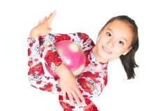 Gymnast asiático bonito da menina com uma esfera Imagem de Stock