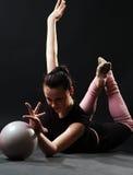 Gymnast encantador com esfera fotografia de stock royalty free
