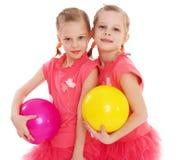 Gymnast för två ung flicka med sportbollar. Arkivfoton