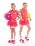 Gymnast för två ung flicka med sportbollar. Royaltyfri Foto
