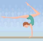 Gymnast femminile sul fascio di equilibrio Fotografie Stock Libere da Diritti