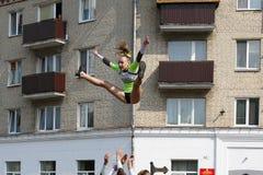 Gymnast i staden royaltyfri foto