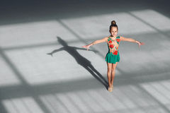 The gymnast is in the initial position Royalty Free Stock Images