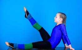 Γυμναστική άσκησης σκληρή πριν από την απόδοση Ο ρυθμικός αθλητισμός γυμναστικής συνδυάζει το χορό μπαλέτου στοιχείων Κορίτσι λίγ στοκ φωτογραφία με δικαίωμα ελεύθερης χρήσης