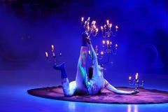 Gymnast med candelabrums och stearinljus. Arkivbild