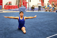 Gymnast no assoalho Foto de Stock Royalty Free