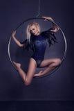 Gymnast på en cirkel i cirkus under en kupol Arkivbild