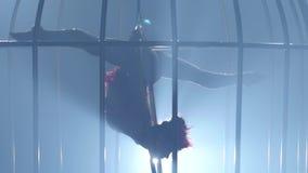 Gymnast som rotera på luftbeslaget på ett rökigt rum stora objekt för bakgrundskontroll mer mycket min annan liknande rök för por stock video