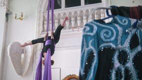 Gymnaste attirant de jeune femme exécutant sur la soie aérienne - exposition acrobatique passionnante banque de vidéos