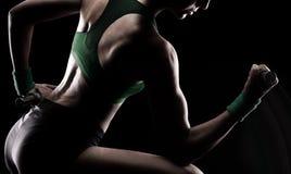 Gymnaste faisant des poids Photographie stock