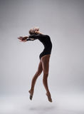 Gymnaste mignonne de femme Photo stock