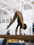 Gymnaste sur le faisceau Image stock
