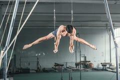 Gymnaste sur les anneaux stationnaires Photo libre de droits