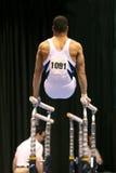 Gymnaste sur les bars parallèles Photos stock