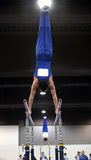Gymnaste sur les bars parallèles photographie stock