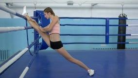 Gymnasten gör sträckning under utbildning för konkurrens i komplexa sportar arkivfilmer