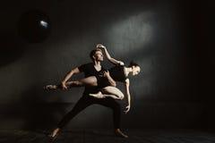 Gymnastes concentrés exécutant dans l'interaction les uns avec les autres photos stock