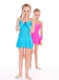 Gymnastes jumelles adorables de filles. Photo stock