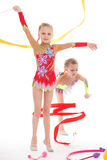 Gymnastes jumelles adorables de filles. Photo stock