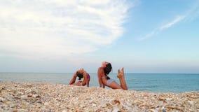 Gymnastes sur la côte banque de vidéos