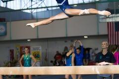 Gymnastflickan hoppar splittringstrålnärbild Royaltyfri Foto