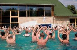 Gymnastiek in de pool stock foto