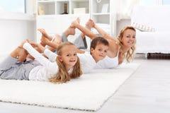 Gymnastiek- oefeningen thuis Stock Fotografie