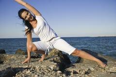 Gymnastiek op rotsen op zee