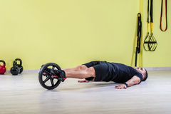 Gymnastiek opleiding met wiel Royalty-vrije Stock Afbeeldingen