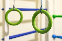 Gymnastiek- ringen in de sportenhoek voor kinderen Stock Afbeelding