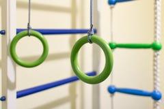 Gymnastiek- ringen in de sportenhoek voor kinderen Royalty-vrije Stock Fotografie