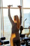 Gymnastiek vijftig van de geschiktheidsvrouw plus overgangblonde oefent de zon van de de vensterszonsondergang van materiaaldomor royalty-vrije stock foto's