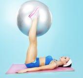 Gymnastiek wellness Sportieve vrouw met geschiktheidsbal Royalty-vrije Stock Foto