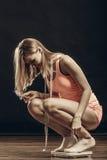 Gymnastiekvrouw op gewichtsschaal stock foto