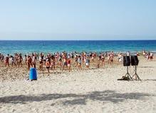 Gymnastik auf dem Strand Stockfotografie