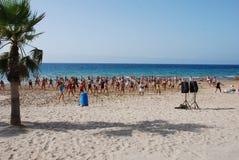 Gymnastik auf dem Strand Stockfoto